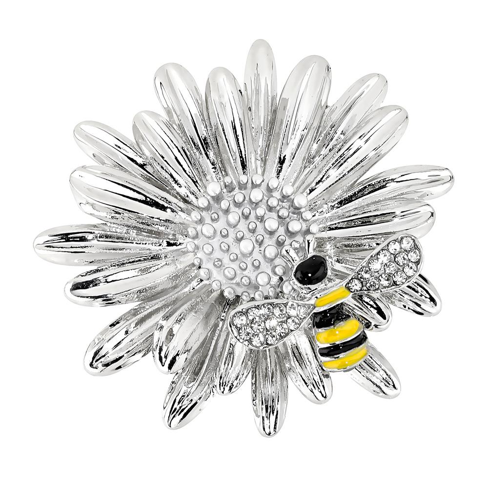 Hopeanvärinen rintakoru, kukka ja ampiainen