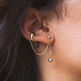 Kultainen Ear cuff ketjulla ja pallolla 1 kpl