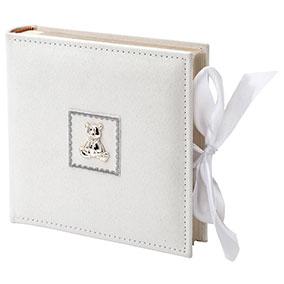 Vauvan valkoinen valokuva-albumi, nalle ja rusetti