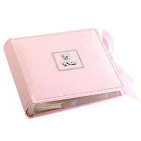 Vauvan vaaleanpunainen valokuva-albumi, nalle ja rusetti