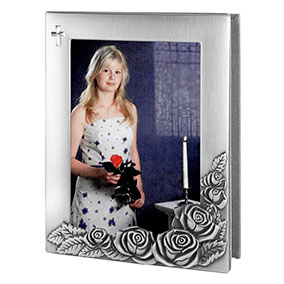 Tinapintainen valokuva-albumi, risti ja ruusut
